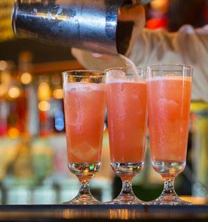 restaurant bartender pouring drinks
